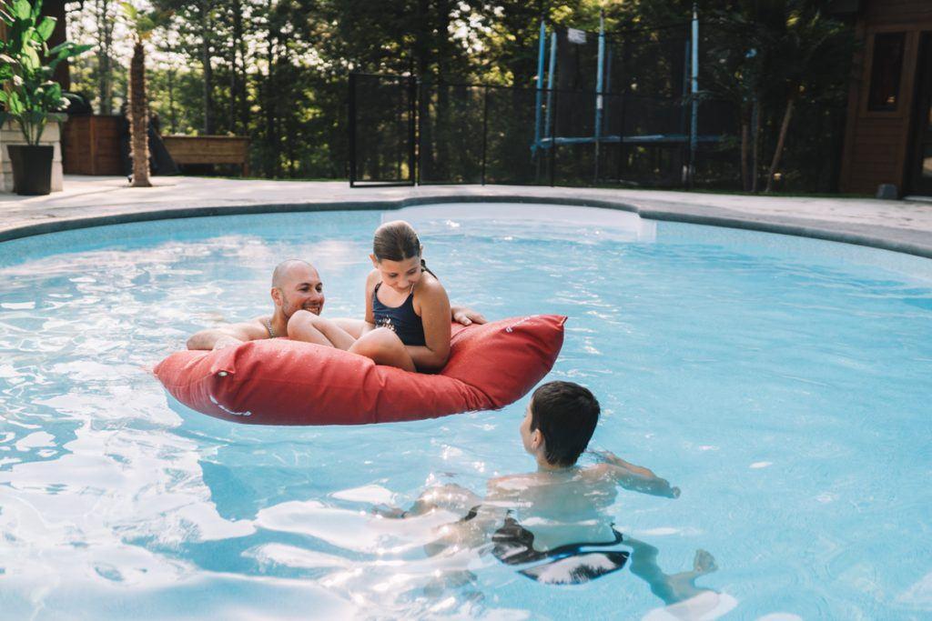 matelas nautique rouge piscine homme enfants